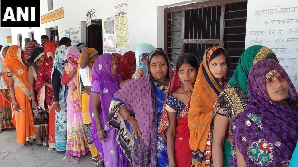 UP LIVE: दोपहर 3 बजे तक 43.93% हुआ मतदान, झांसी में सबसे ज्यादा और शाहजहांपुर में सबसे कम हुई वोटिंग