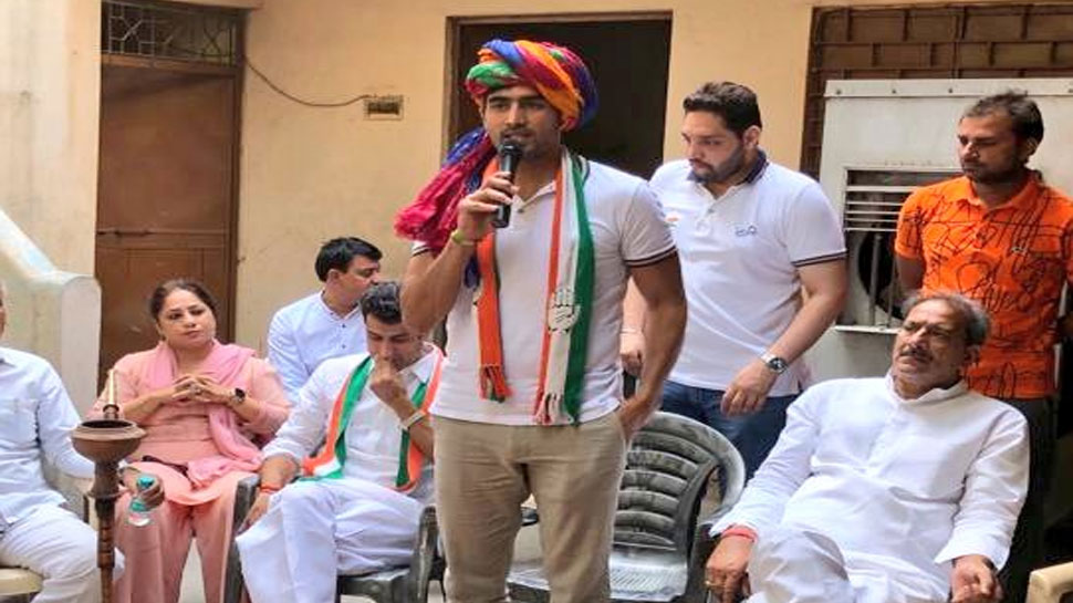 दिल्ली में कांग्रेस प्रत्याशी विजेंदर सिंह बोले, 'प्रियंका गांधी की सादगी से प्रभावित हूं'