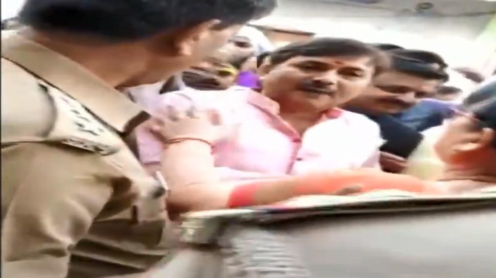 Video: मतदान के दौरान पुलिस अधिकारी को BJP नेता ने दी धमकी, बोले- तू मेरी   हिट लिस्ट में है