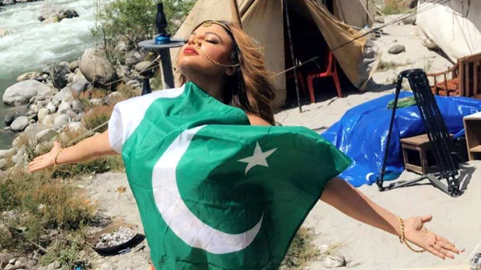 पाकिस्तानी झंडे के साथ राखी सावंत ने शेयर की फोटो, Trollers बोले- 'देशद्रोही हो तुम...'