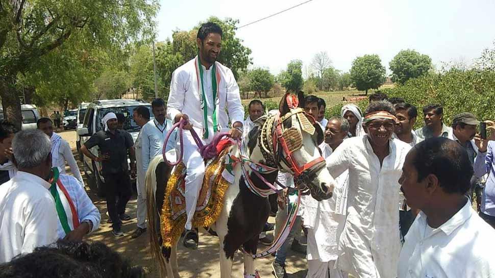 चुनाव प्रचार का अजब रंग, अरुण यादव के भाई ने घोड़े पर बैठकर मांगे कांग्रेस के लिए वोट