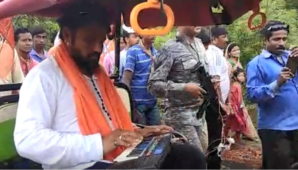 पश्चिम बंगाल : बीजेपी प्रत्याशी के लिए बाबुल सुप्रियो ने किया प्रचार, बैटरी रिक्शा में बैठकर बजाया Casio