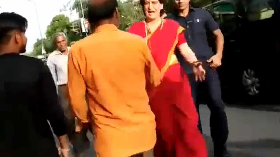 VIDEO: जब प्रियंका के काफिले के सामने लगे मोदी-मोदी के नारे, कांग्रेस नेता गाड़ी से उतरीं...