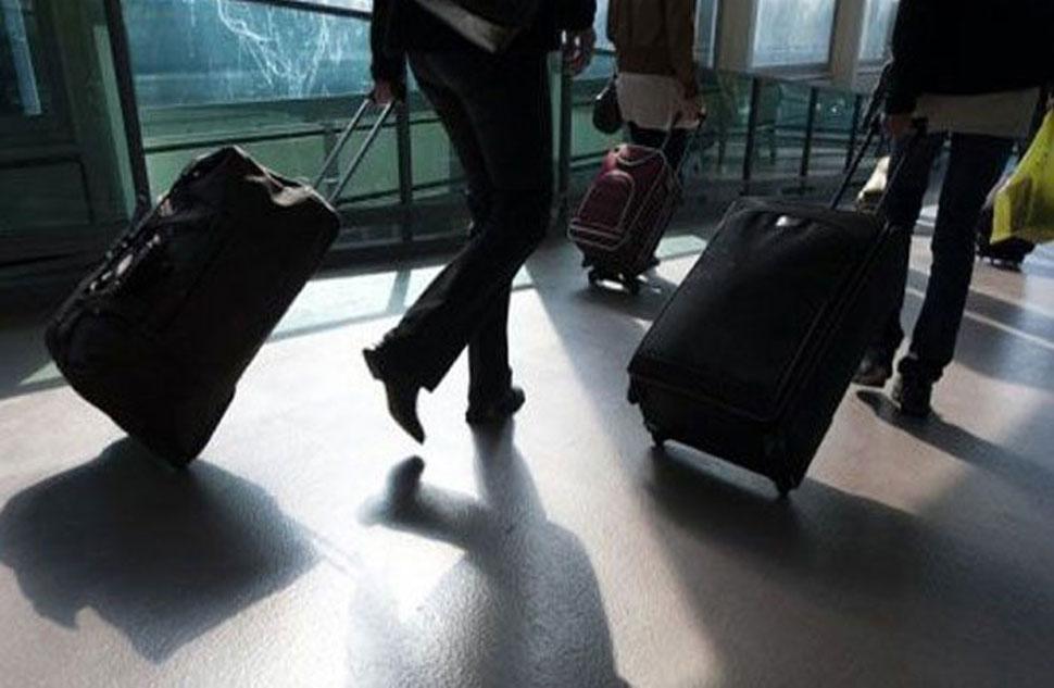 दिल्ली एयरपोर्ट पर युवती को पत्नी बता टोरंटो ले जाने की कर रहा था कोशिश और फिर...