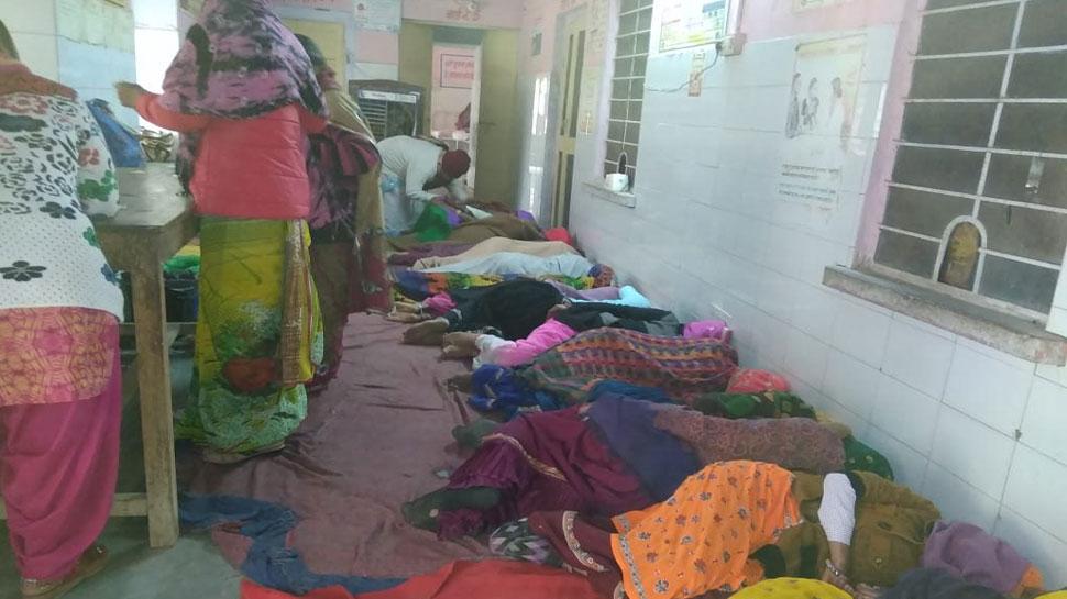 चौमूं के अस्पताल में ऑपरेशन करने के बाद महिलाओं को फर्श पर लिटाया, आक्रोश में परिजन