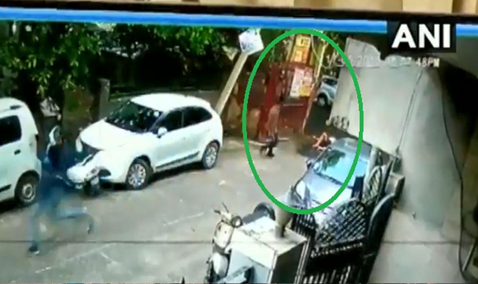 दिल्ली के रोहिणी में भागते हुए युवक पर फिल्मी अंदाज में फायरिंग, देखिए VIDEO