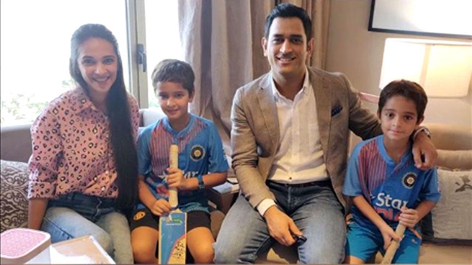 VIDEO: इस एक्ट्रेस के बच्चों को धोनी ने दिए टिप्स, मासूम ने उतारी गेंदबाज बुमराह की नकल