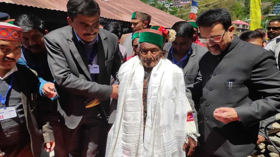 दुख रहे थे घुटने, फिर भी वोट डालने के लिए पहुंचे देश के पहले मतदाता 102 वर्षीय नेगी
