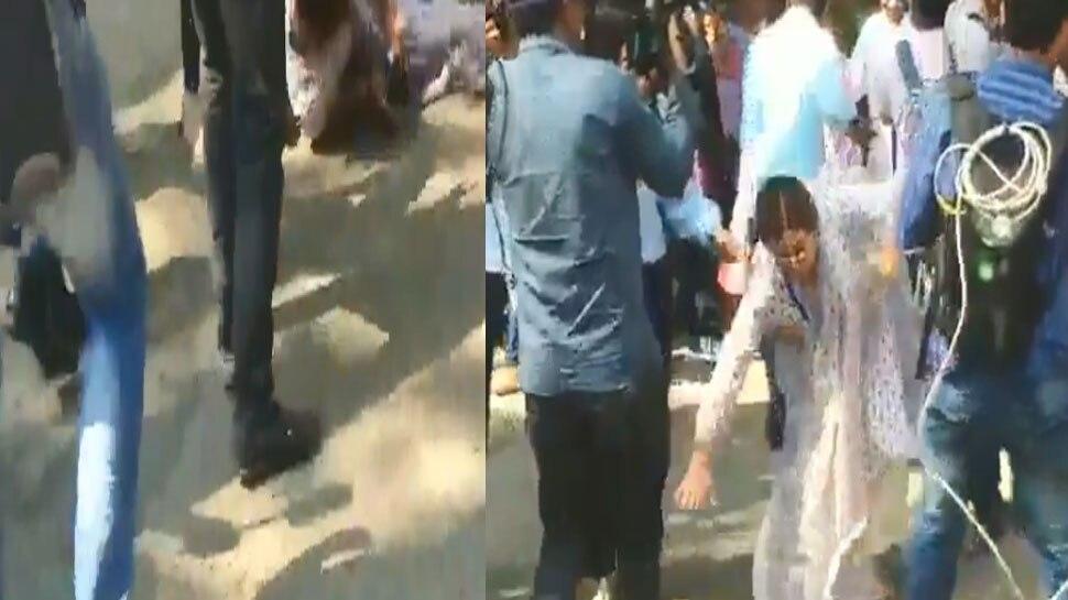 VIDEO: वोट डालने जा रही थीं किरण खेर, सड़क पर धड़ाम से गिरीं तो कैमरा पर्सन्स से बोलीं...