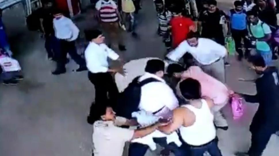 Video: रेलवे स्टेशन में नो पार्किंग में बाइक पार्क करने लगा युवक, मना करने पर रेलवे कर्मचारी की कर दी पिटाई