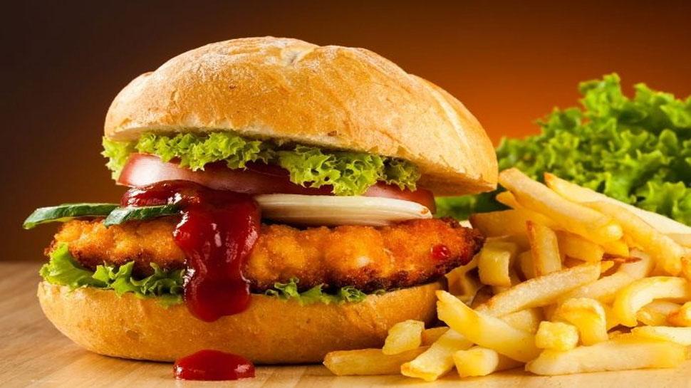 दोस्तों के साथ खा रहा था बर्गर, गले से निकलने लगा खून, अस्पताल गया तो थमा दिया लंबा-चौड़ा बिल