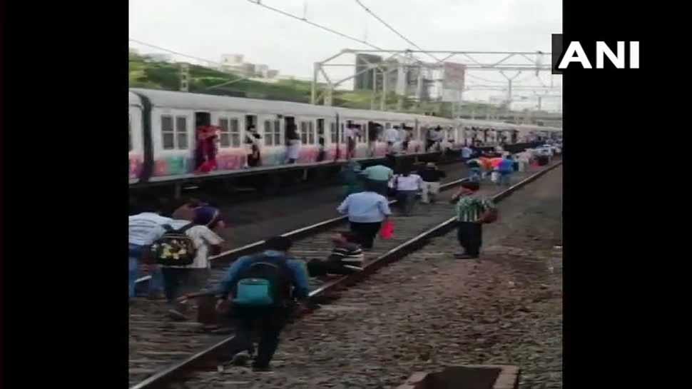 मुंबई लोकल की इस अहम लाइन पर आई तकनीकी खराबी, हजारों यात्री फंसे...