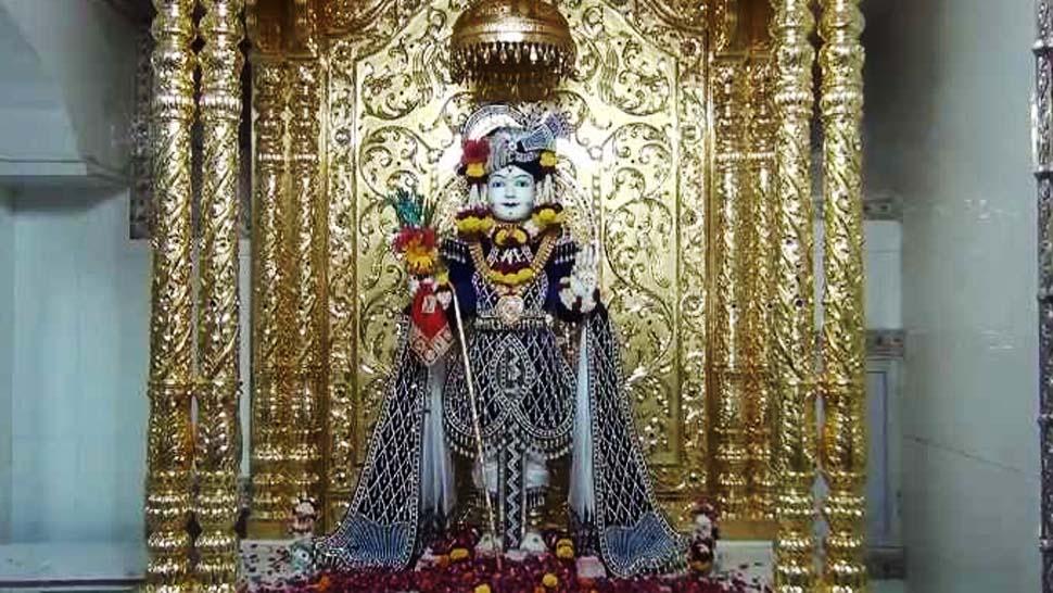 गुजरात: स्वामीनारायण मंदिर में भक्त ने अर्पित किया सिंहासन, कीमत 5 करोड़