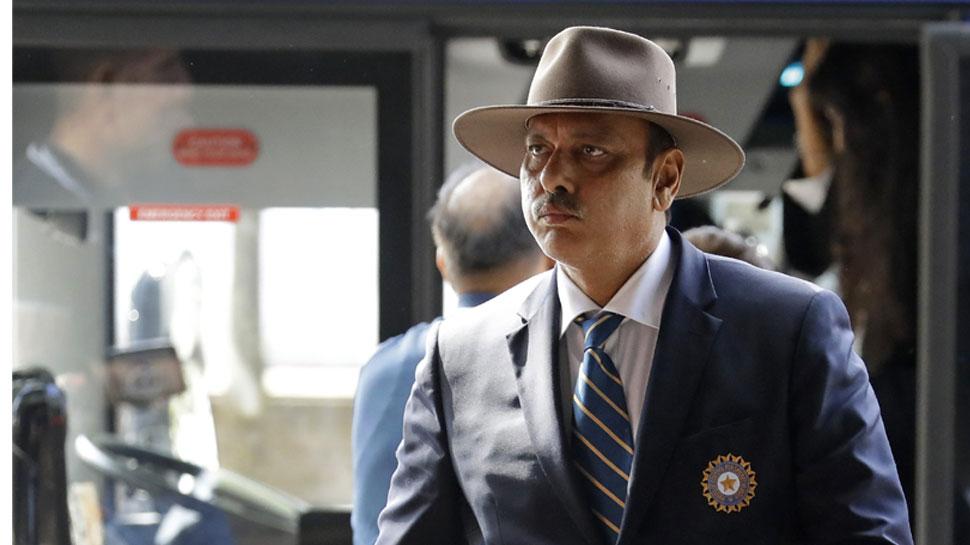 VIDEO: विश्व कप के लिए इंग्लैंड पहुंची टीम इंडिया, कोच शास्त्री दिखे खास स्टाइल में