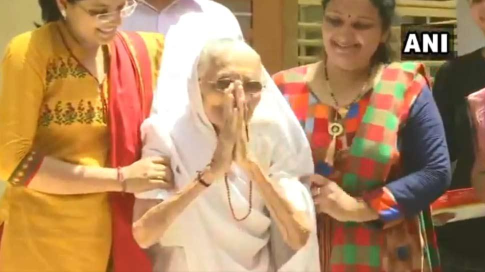 बेटे को जीतता देख खुश हुईं PM मोदी की मां, हाथ जोड़कर किया अभिवादन