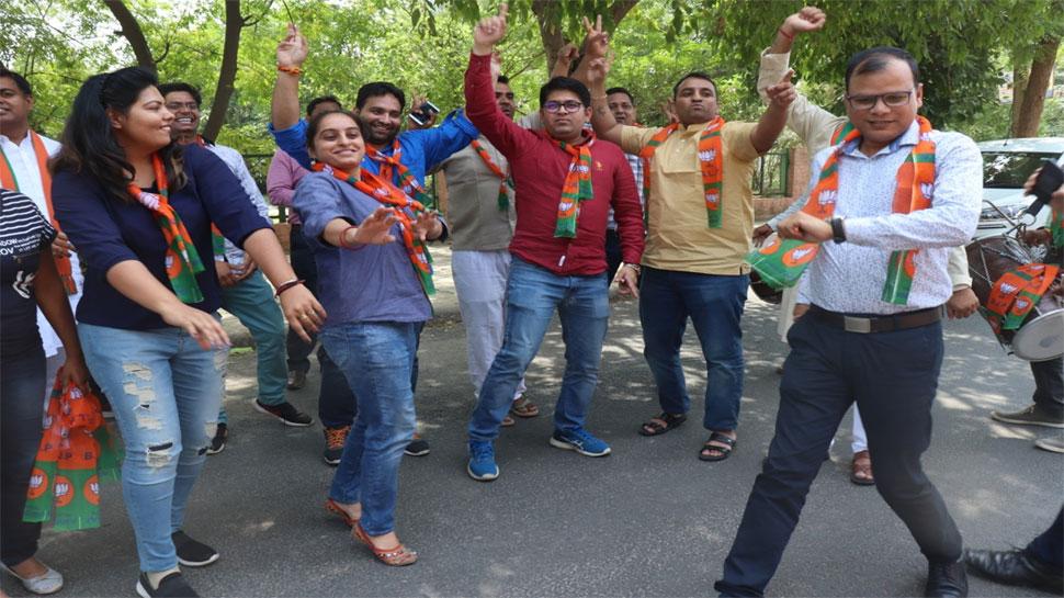 ढ़ोल-नगाड़ों की थाप पर मन रहा बीजेपी की जीत का जश्न, आईटी सेल ने ऐसे जाहिर की खुशी