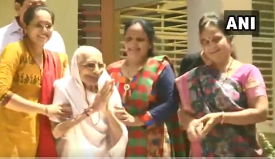 VIDEO: PM मोदी की मां को देखते ही लगे 'हर-हर मोदी, घर-घर मोदी के नारे' देखिए हीराबेन किया दिया रिएक्शन