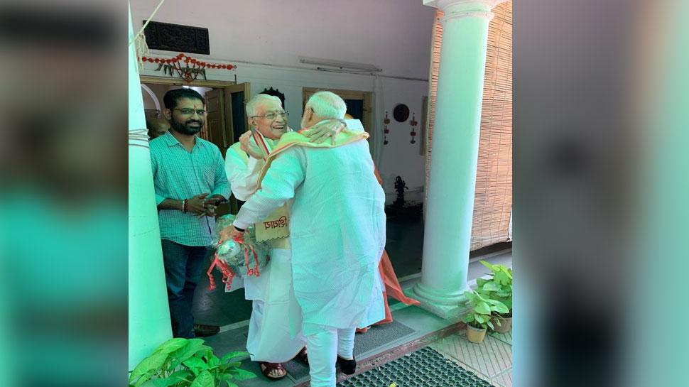 आडवाणी के बाद मुरली मनोहर से मिले PM मोदी, 'मुस्कुराए और गले लगाकर किया स्वागत'