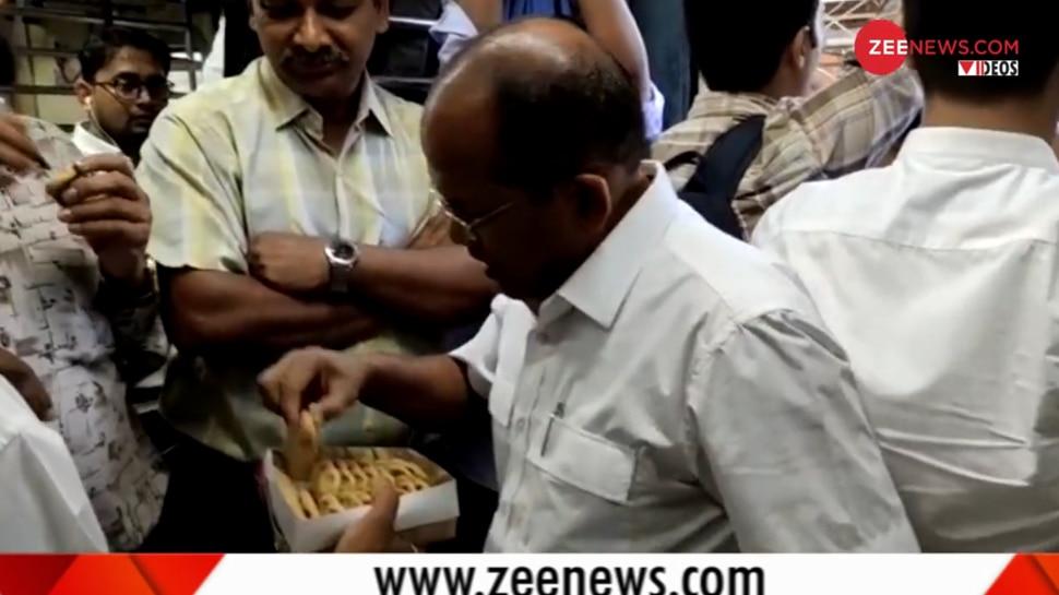 Video: PM मोदी की जीत से मुंबई के लोगों में खुशी का माहौल, लोकल ट्रेन में बांटी मिठाई