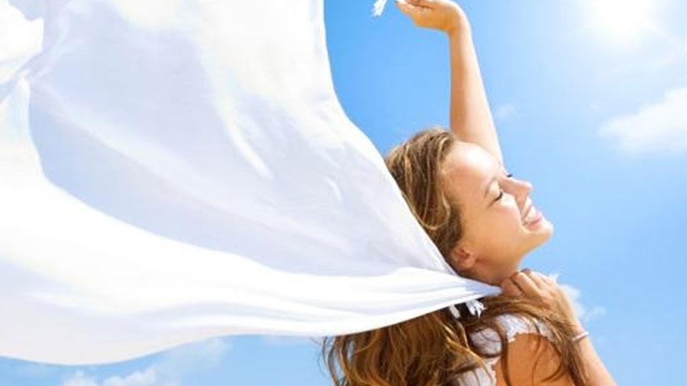गर्मियों में चिपचिपे बालों से हो गए परेशान, तो आज ही फोलो करिए ये 5 TIPS