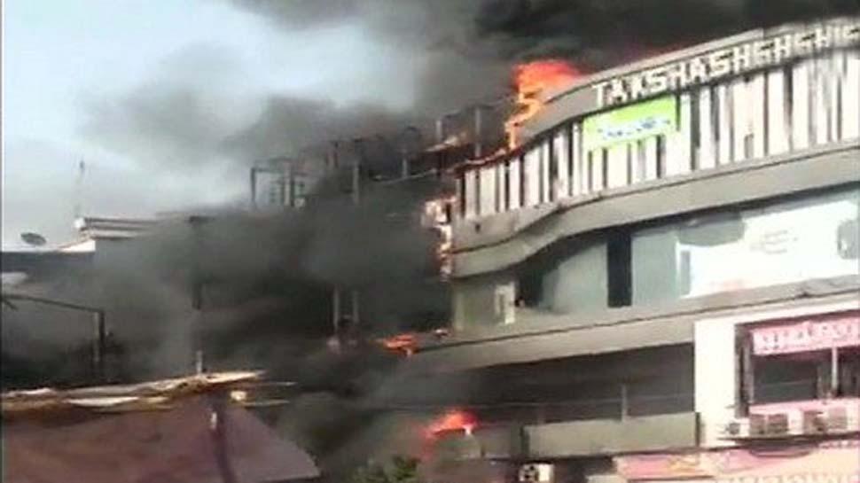 VIDEO: सूरत के कोचिंग सेंटर में लगी आग, जान बचाने के लिए इमारत से कूदे छात्र, 20 की मौत