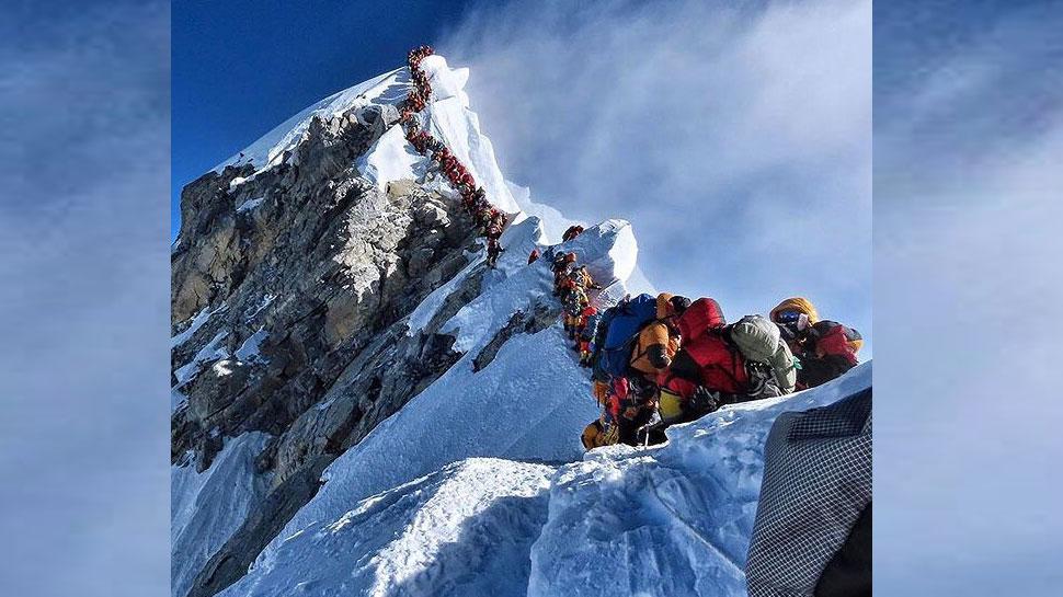 माउंट एवरेस्ट पर एक साथ पहुंच गए इतने सारे पर्वतारोही की रास्ता ही हो गया जाम