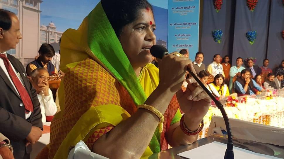 Video: कमलनाथ कैबिनेट की मंत्री बोलीं- अब समय आ गया है कि 'महाराज' को सौंप दी जाए प्रदेश की कमान