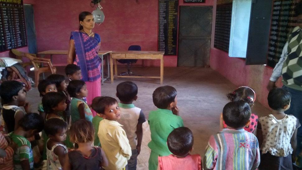 मध्य प्रदेश में आंगनबाड़ी में पढ़ती है डीएम की बेटी, राज्यपाल आनंदी बेन ने सराहा