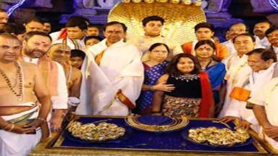 लोकसभा चुनाव के बाद तेलंगाना के मुख्यमंत्री ने की भगवान वेंकटेश्वर के मंदिर में पूजा अर्चना