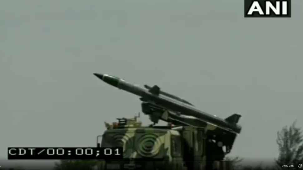 VIDEO: दुश्मन के विमान को हवा में ढेर करने वाली आकाश मिसाइल का सफल परीक्षण