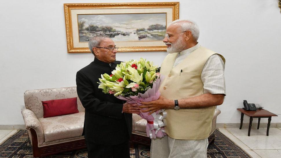 पीएम मोदी ने प्रणब मुखर्जी से आशीर्वाद लिया, पूर्व राष्ट्रपति ने मिठाई खिलाकर बधाई दी