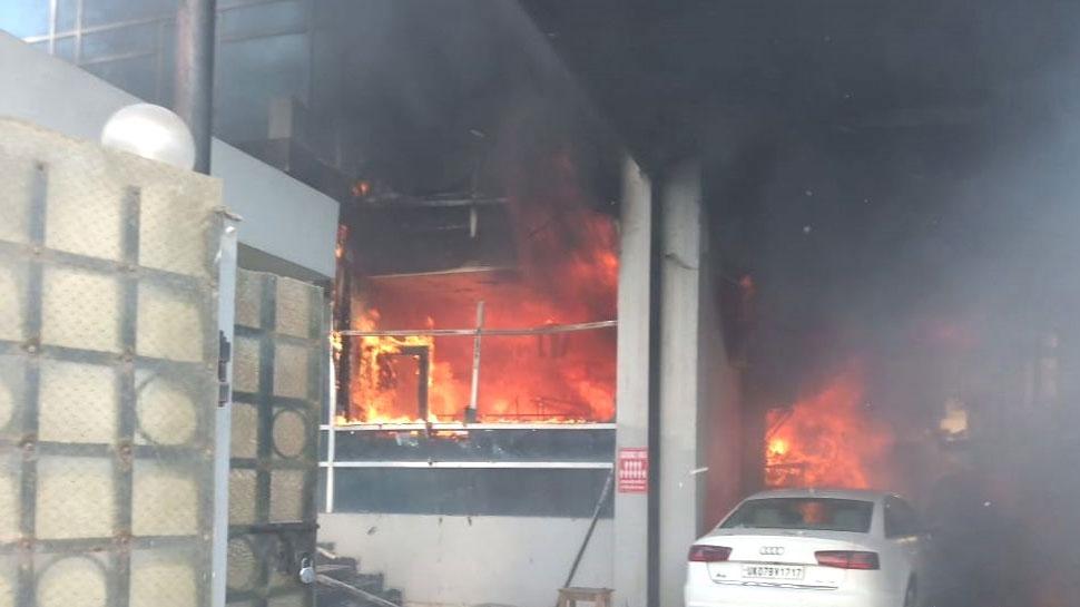 नोएडा: शॉर्ट सर्किट से कपड़ों की फैक्ट्री में आग, लाखों का हुआ नुकसान