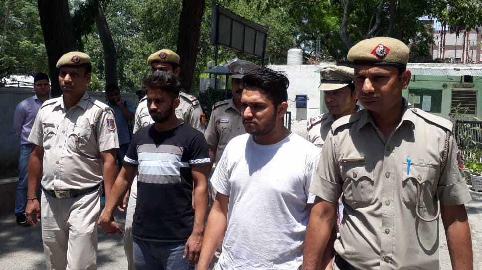 'कबूतरबाजी' करने वाले गिरोह के 4 लोग गिरफ्तार, पुलिस ने बरामद किए 148 पासपोर्ट