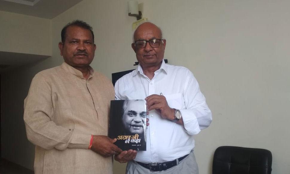 नव-निर्वाचित सांसद कनकमल कटारा से मिले लेखक बृजेन्द्र रेही, तोहफें में दी यह खास किताब