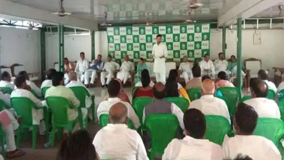 लोकसभा में हार के बाद राबड़ी देवी के घर RJD की बैठक, तेज प्रताप के अलावा 20 विधायक गैरहाजिर