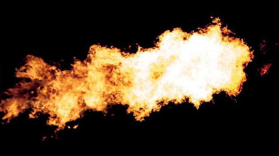 इंदौरः विद्युत मंडल कार्यालय के बाद होटल में लगी आग, जान बचाने के लिए कांच तोड़कर कूदे लोग