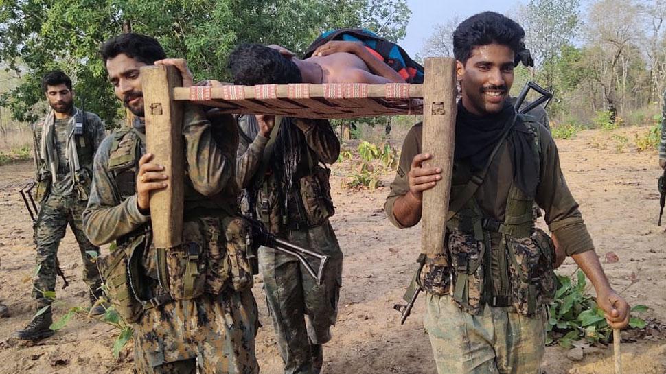 जख्मी युवक को कंधों में लेकर 5 किमी पैदल चले CRPF के जवान, अस्पताल पहुंचा बचाई जान
