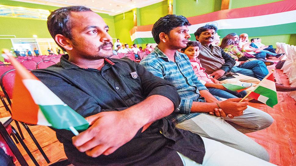 भारत में पीएम मोदी ले रहे थे शपथ, दुबई में खुशी के मारे तिरंगे के साथ झूम रहे थे भारतीय