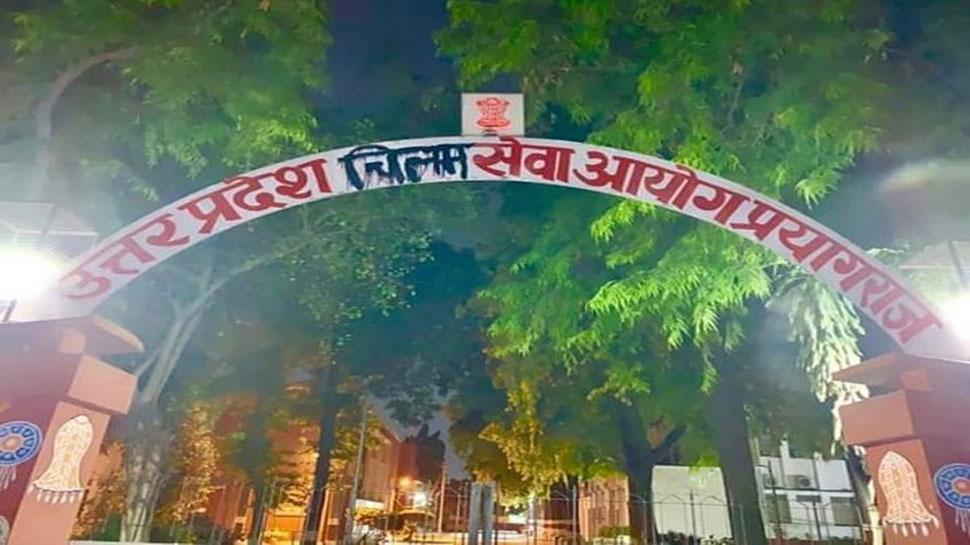 UPPSC के गेट पर समाजवादी कार्यकर्ता लिख रहे थे 'चिलम सेवा आयोग', पुलिस ने किया गिरफ्तार