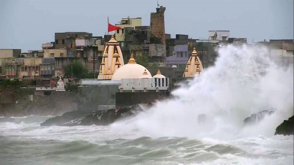 गुजरात के तट से आज टकरा सकता है चक्रवात 'वायु', सेना, नौसेना, वायु सेना अलर्ट पर