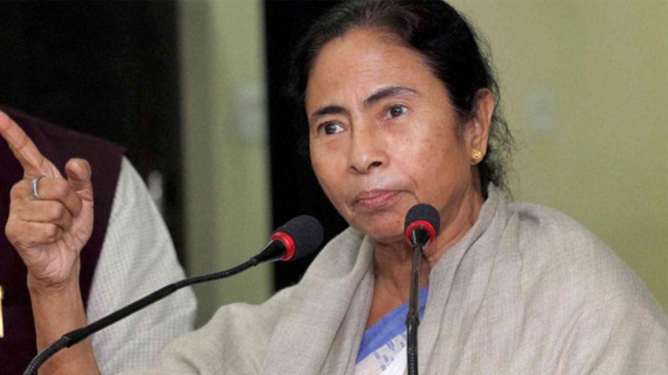 पश्चिम बंगाल में ममता बनर्जी-जूनियर डॉक्टर आमने-सामने, 7 डॉक्टरों का इस्तीफा