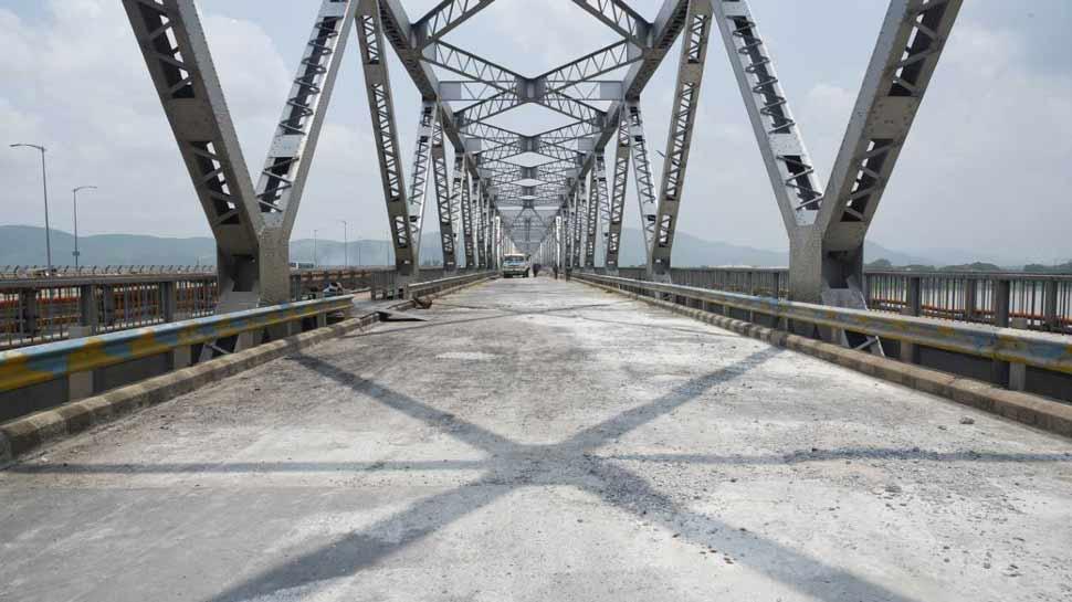 असम: ब्रह्मपुत्र नदी पर बने ऐसिहासिक ब्रिज की मरम्मत का कार्य युद्ध स्तर पर जारी