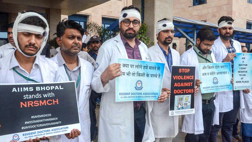 आंदोलनकारी चिकित्सकों ने बातचीत के ममता के प्रस्ताव को ठुकराया, जारी रखेंगे प्रदर्शन