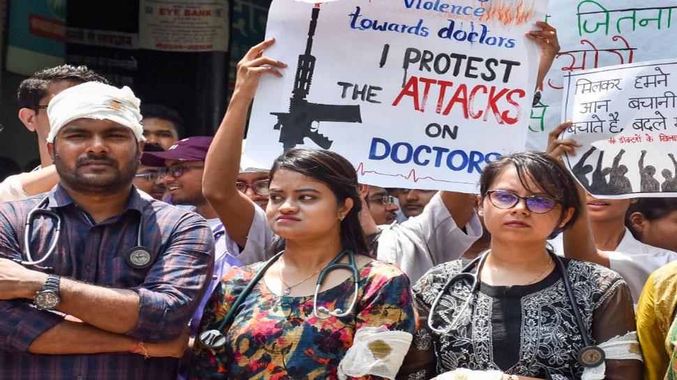 हड़ताल कर रहे डॉक्टरों ने बातचीत का ममता का आमंत्रण ठुकराया, कहा- 'पहले माफी मांगों'