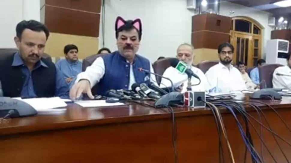 पाकिस्तान के मंत्री फेसबुक पर थे लाइव, अचानक बिल्ली जैसे दिखने लगे तो लोगों ने उड़ाया मजाक