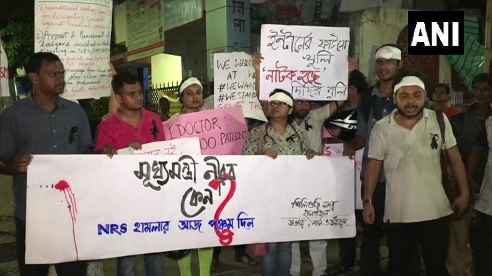 पश्चिम बंगाल में डॉक्टरों का आंदोलन जारी, बातचीत का मुख्यमंत्री का प्रस्ताव ठुकराया