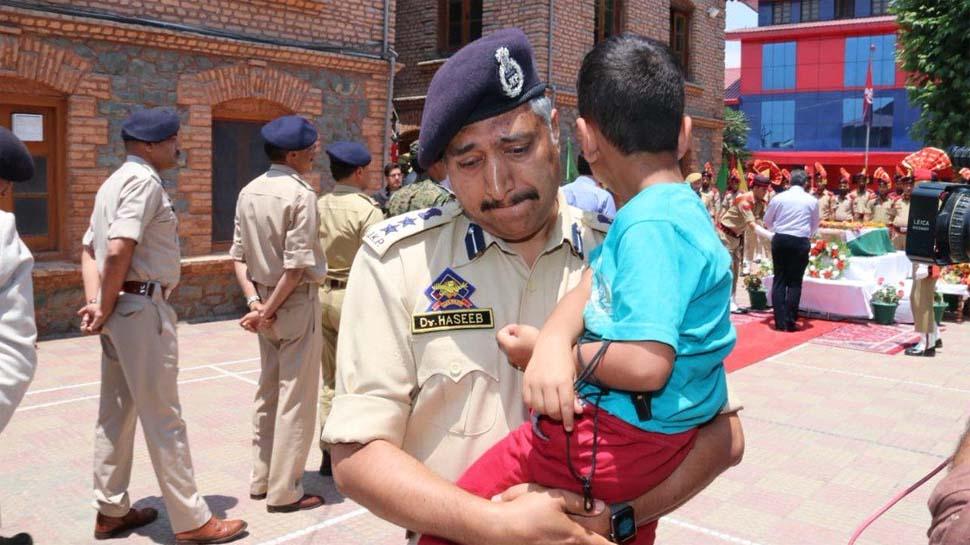 शहीद के अंतिम संस्कार में 4 साल के बेटे ने किया सेल्यूट तो SSP भी नहीं रोक सके आंसू