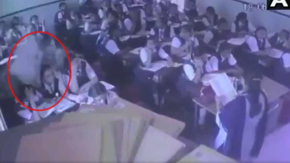 VIDEO: क्लास में पढ़ा रही थी टीचर, छात्राओं के सिर पर अचानक से भरभरा कर गिरा छत का हिस्सा