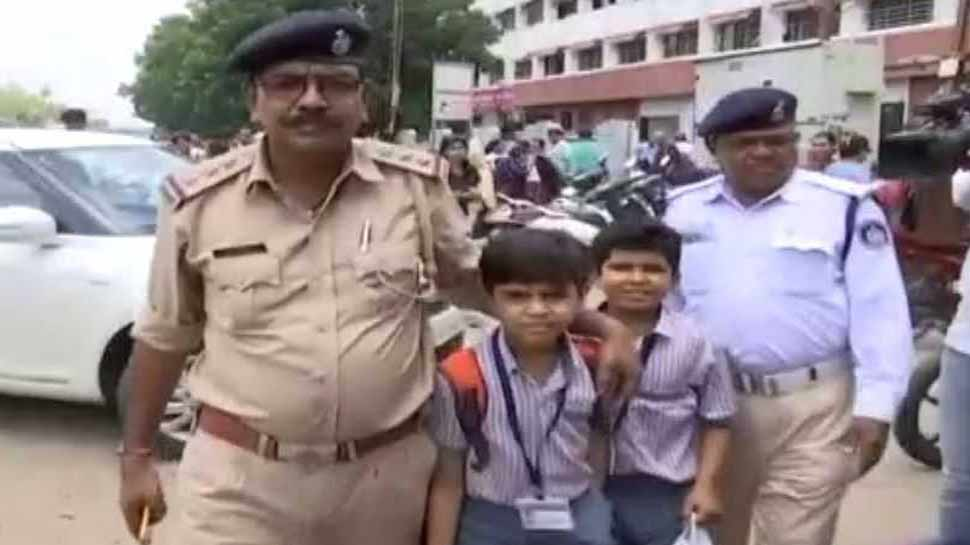 वडोदरा: स्कूल बसों की हड़ताल, पुलिस ने PCR से बच्चों को पहुंचाया स्कूल