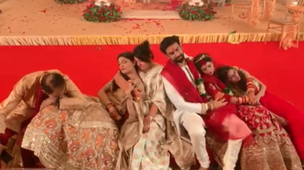 VIRAL VIDEO: भाई की शादी में थक कर चूर हुईं सुष्मिता सेन, दूल्हा-दुल्हन के साथ ली झपकी